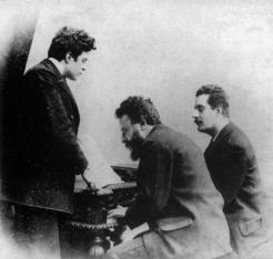 Franchetti al pianoforte con Pietro Mascagni (sin.) e Giacomo Puccini (des.), in una foto del 1890 ca.